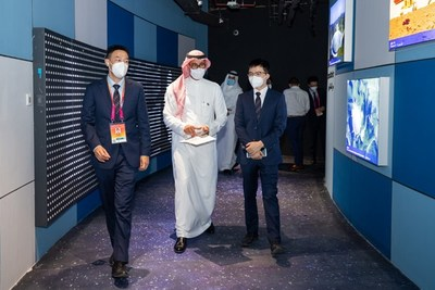 """The leaders of the Chinese Pavilion and the Chief Representative of the Saudi Arabia Pavilion visited the Interactive Smart Lighting System """"Like a Shadow by Your Side"""" by OPPLE Lighting"""
